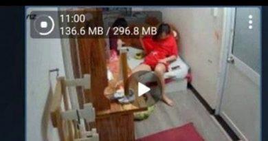 Lộ 13 clip của hai chị em ngay tại phòng khách